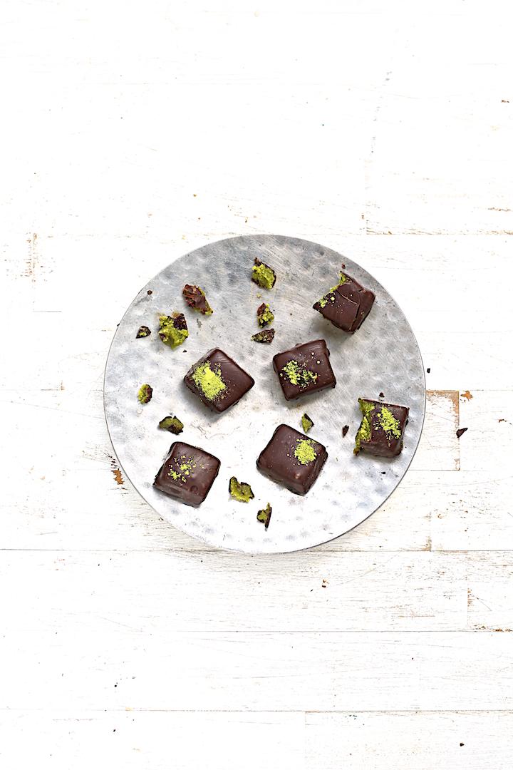 http://www.saveursvegetales.com/2014/12/petits-chocolats-crus-pate-damande.html