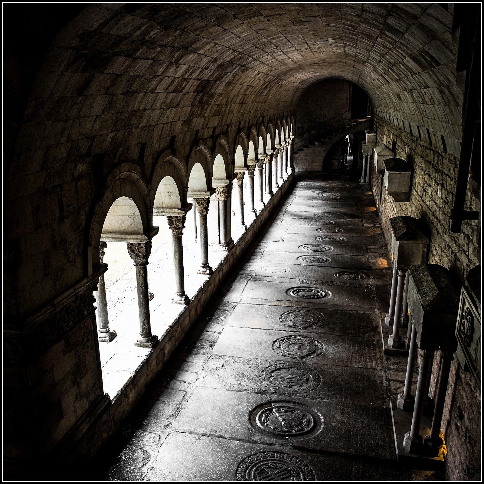 Sobre el Claustro de Sta. Maria de Girona :: Canon  EOS 5D MkIII | ISO 3200 | Canon 24-105@24mm | f/5.6 | 1/50s