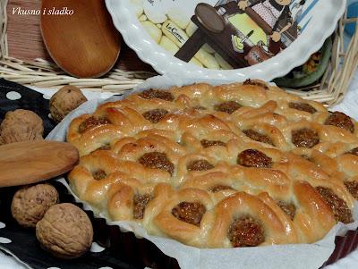Сиропирана пита с орехи и сладко от кайсии