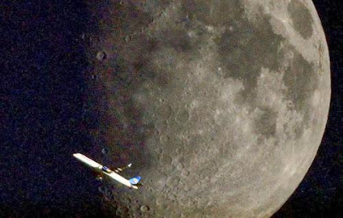 Fotografias mostram aviões passando em frente à lua e ao sol