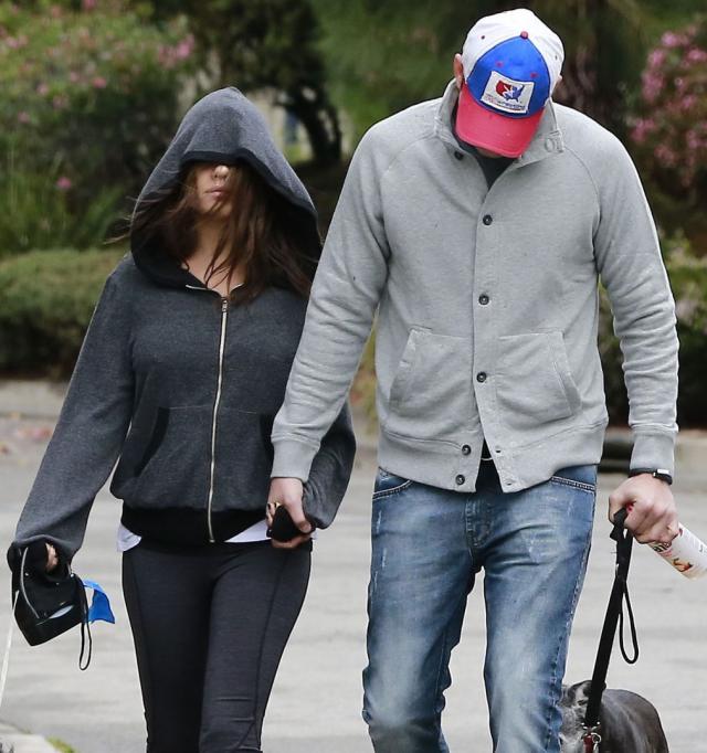 Ashton Kutcher y Mila Kunis parecen esconderse de algo