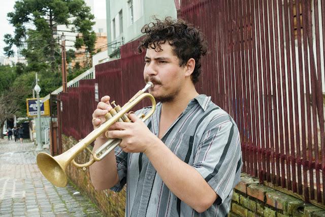Músico tocando na rua.