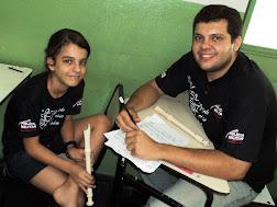 ALUNA DE FLAUTA DOCE E PROFESSOR: