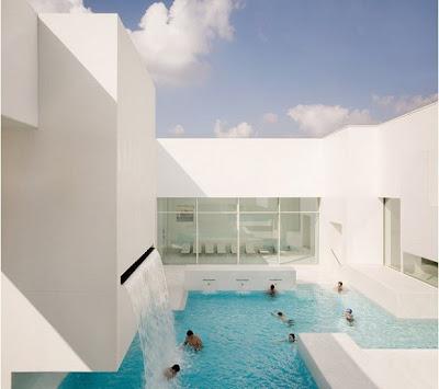 Kolam Renang Dalam Rumah Bergaya Modern