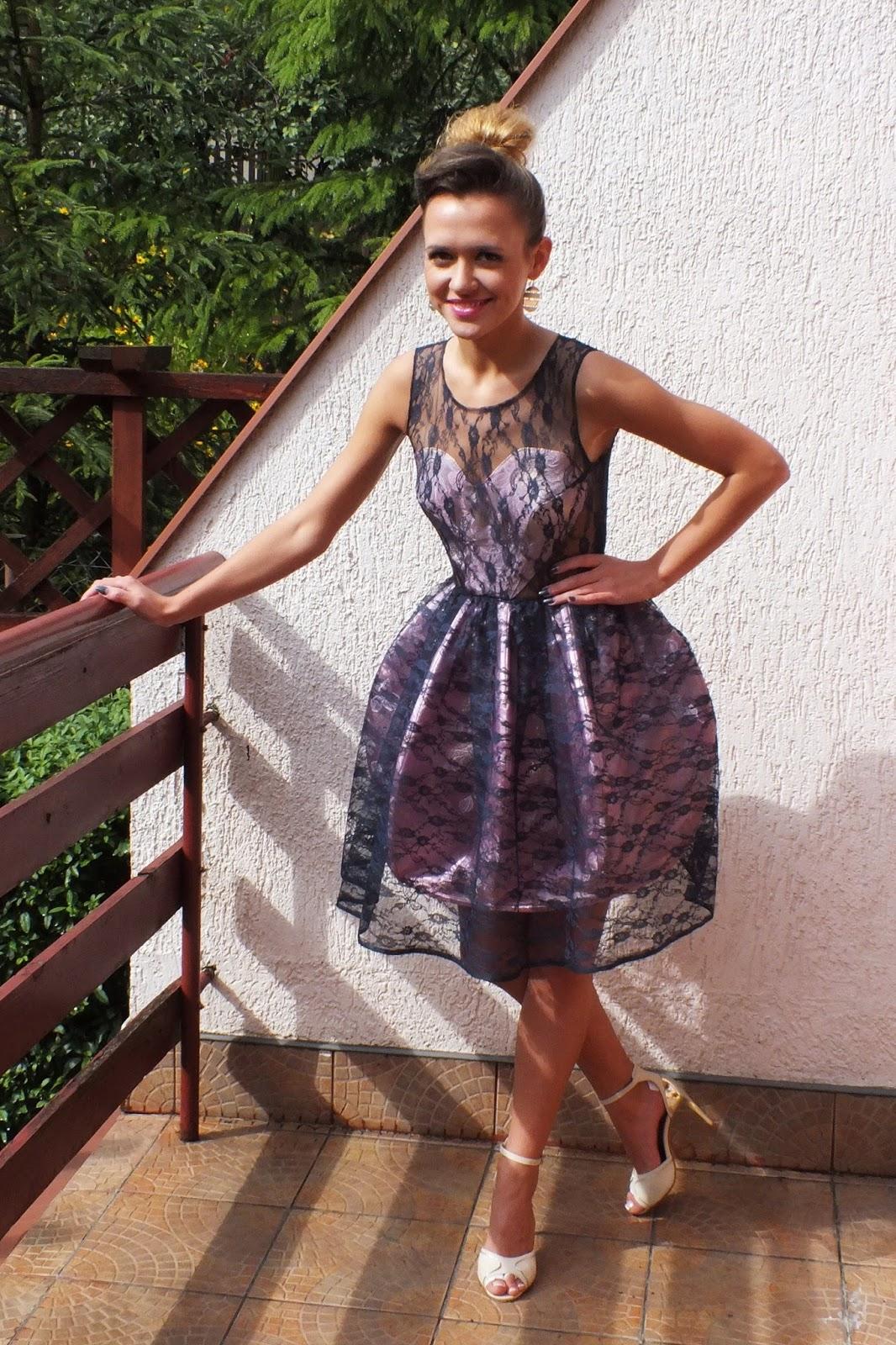koronkowa sukienka z fiszbinami