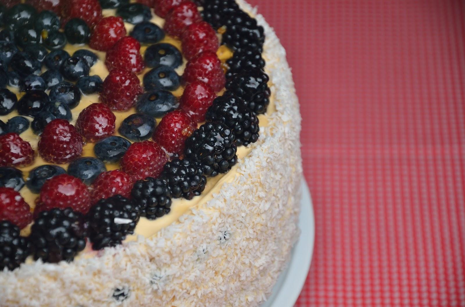 Tort karmelowy z owocami lasu