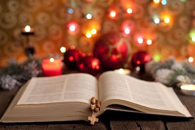 La Santa Biblia y el arbolito de Navidad