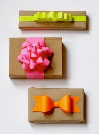 Envolver regalos con lazos de colores