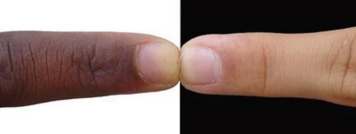 Imagem com dois dedos indicadores se tocando, um de uma pessoa branca e outro de uma pessoa negra, cada qual com um fundo em contraste em branco ou preto, simbolizando o problema cultural do racismo no Brasil.