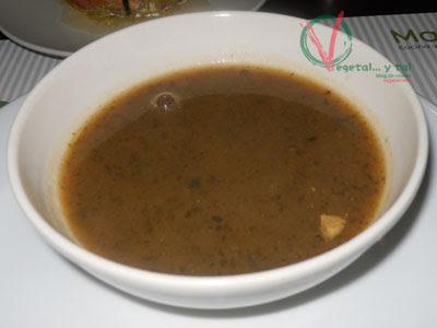 Crema de raíces con wakame, musgo, kombu y miso.