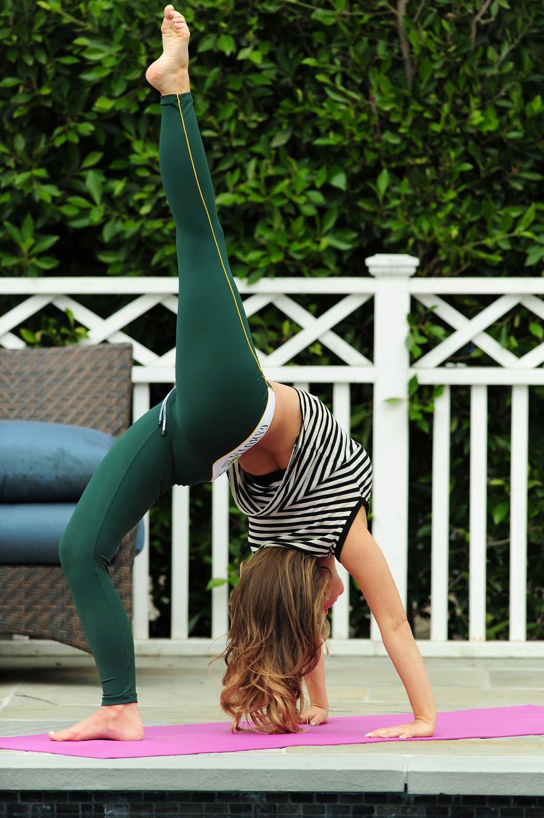 http://1.bp.blogspot.com/-FL390Pj_mSg/TW9HVMEvHRI/AAAAAAAAGUQ/ObgfhbC-JNU/s1600/celebskin_carmen_electra_leggings_yoga_candids_13.jpg
