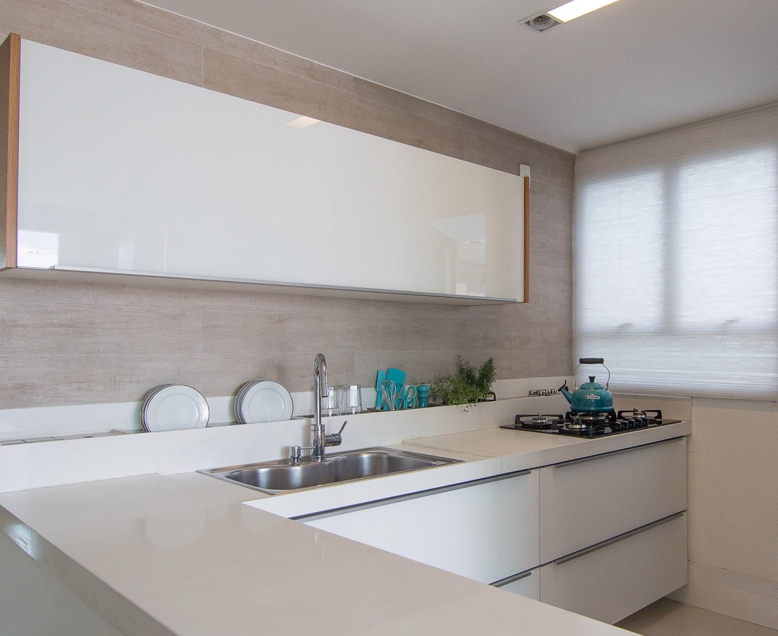 Cozinha com bancada com calha úmida para louças e talheres. Projeto  #2F7078 1600x1307