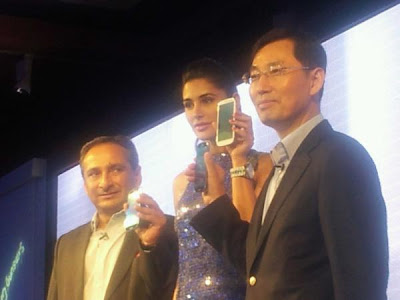 nargis fakhri launch samsung galaxy siii actress pics