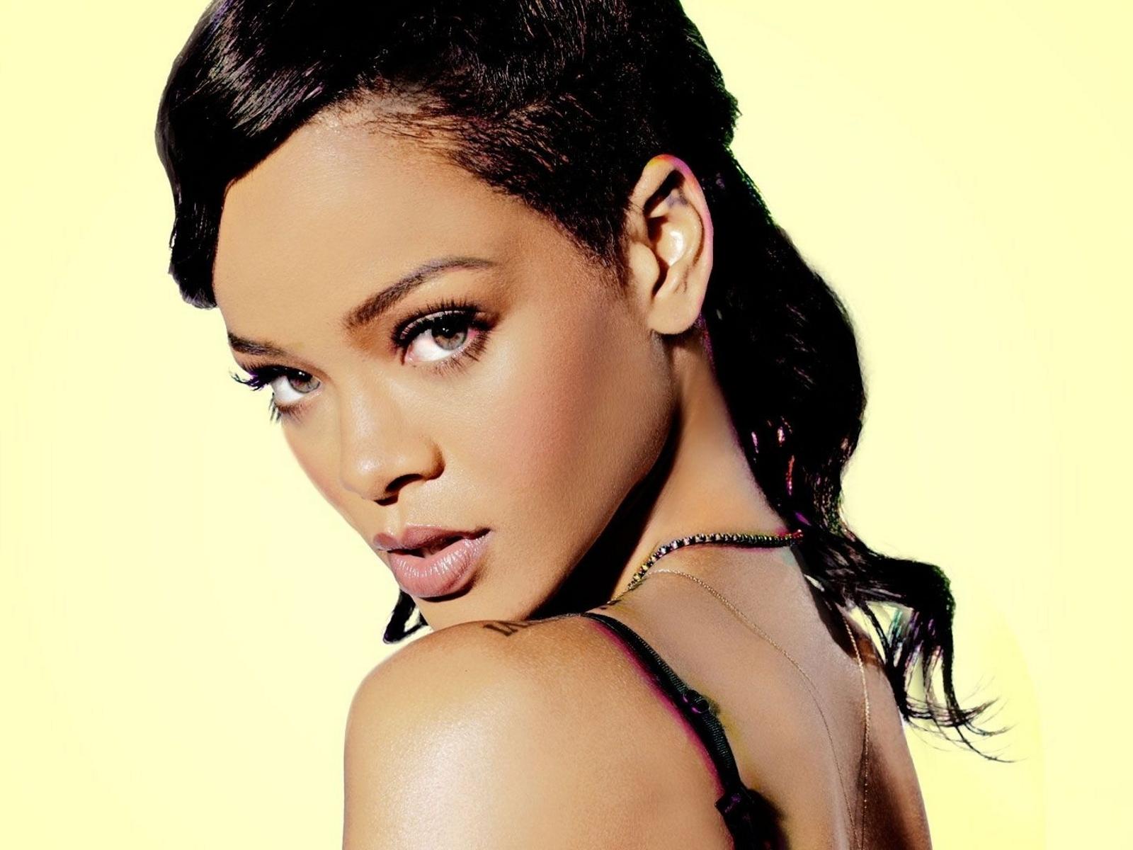 http://1.bp.blogspot.com/-FLMxCpQjerk/URkQ7ZLUv_I/AAAAAAAAjrM/j8HWAetFYH8/s1600/Rihanna-SNL-rihanna.jpg