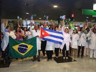 Médicos cubanos chegam ao Brasil elogiando o regime comunista assassino de Fidel Castro