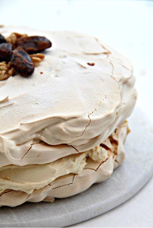 Tort bezowy z masą kajamakową i bakaliami