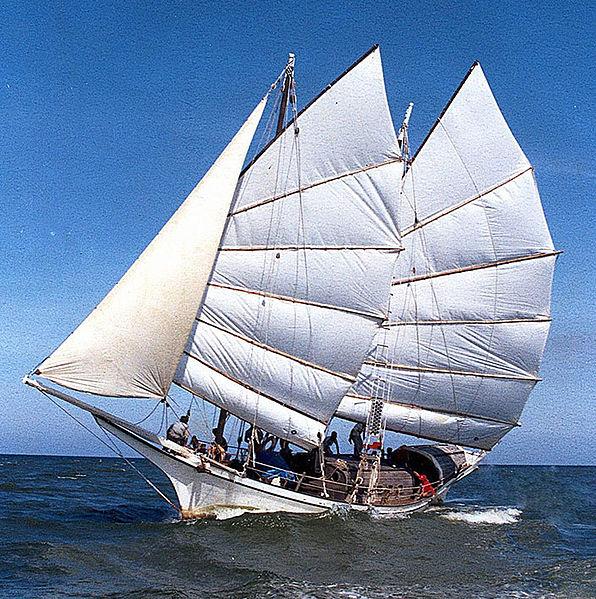 Gambar Kapal Layar Jung Warna Putih