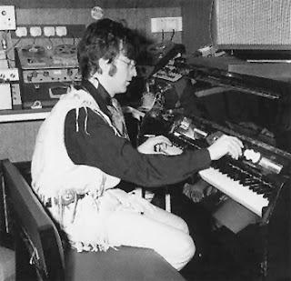 John Lennon de The Beatles tocando el Mellotron Mk II en el estudio de su casa de Surrey en 1967