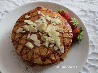 Pancakes integrali con fragole, concentrato di dattero, mandorle, cannella