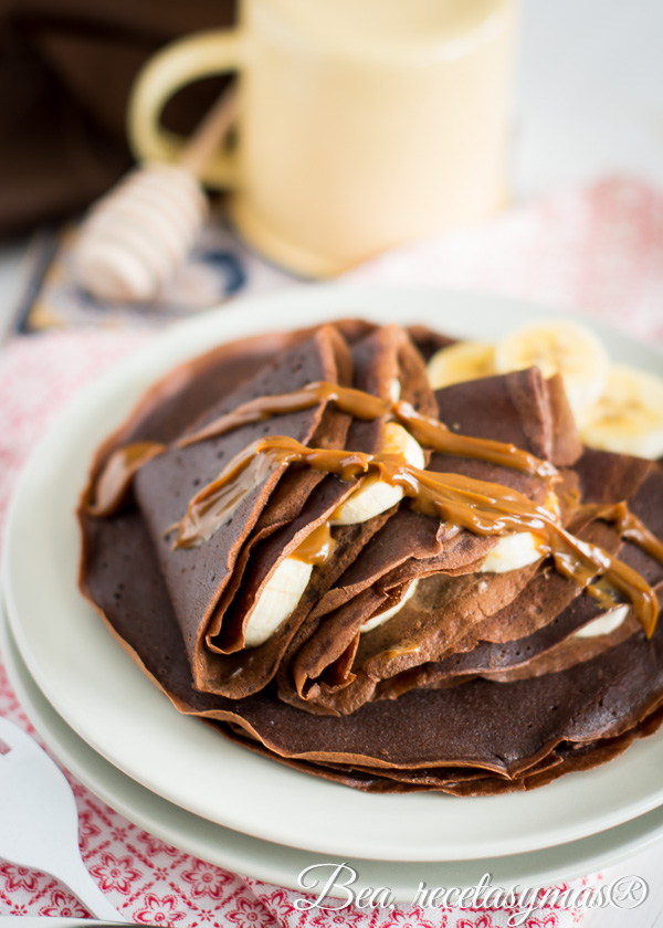 Crepês de chocolate rellenos de plátano y dulce de leche