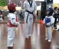 Niños peleando Tae Kwon Do