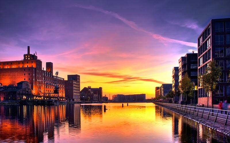 إنعكاس العمارات على ماء النهر