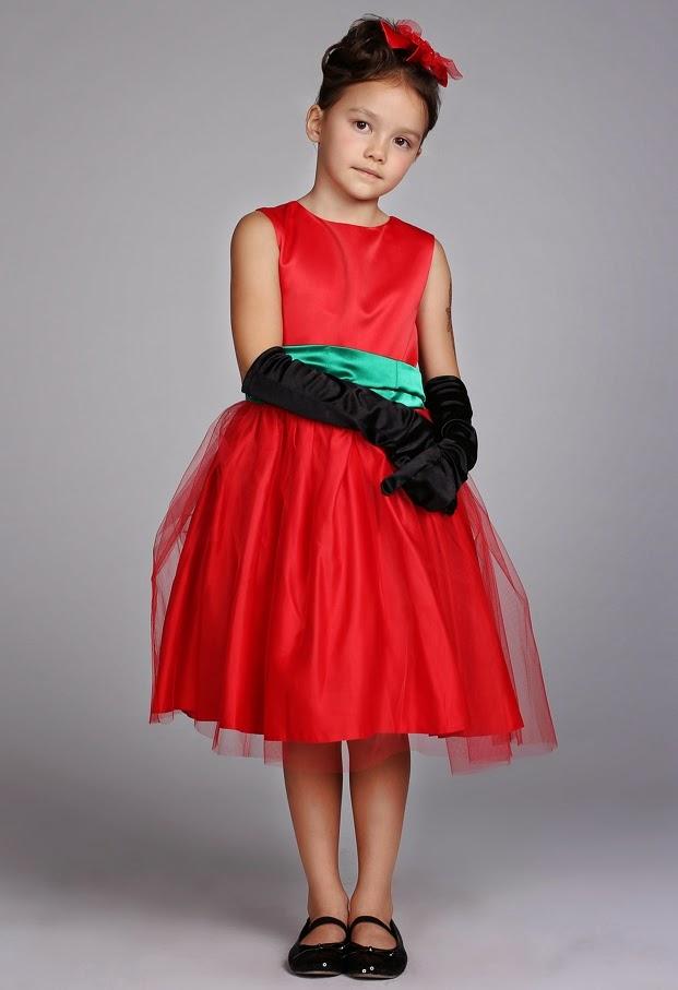 anak kecil imut memakai gaun pesta