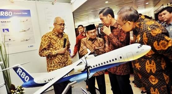 Gambar pesawat R80 yang dibuat BJ Habibie diperkenalkan kepada Presiden Jokowi
