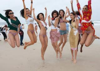 Foto Nadine Alexandra dengan peserta Miss Universe