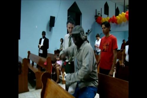 Mendigo e bêbado: Mendigo bêbado canta na igreja aceita Jesus (canta e prega na