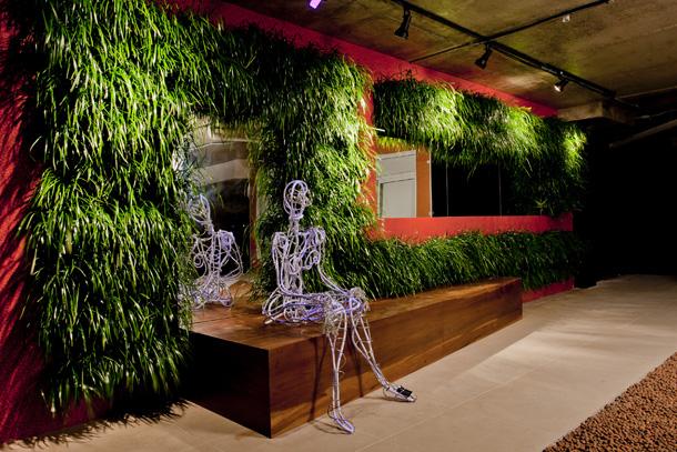 jardim vertical florianopolis:claro, a iluminação destaca e deixa o jardim ainda mais bonito