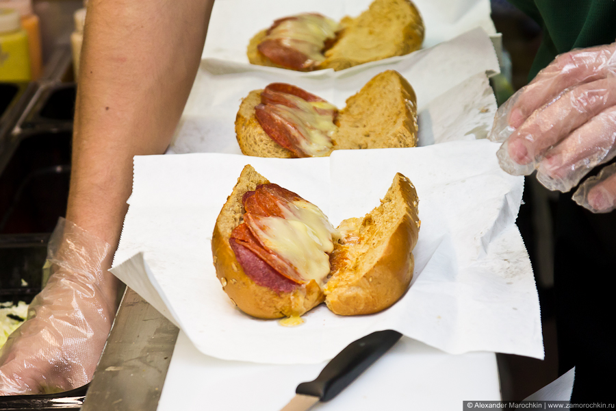 Приготовление сэндвича. В тостере хлеб поджаривается, сыр плавится