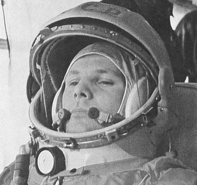 Yuri Gagarin đang trên đường thực hiện chuyến bay lịch sử. Credit : NASA.