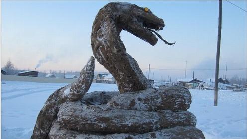 Russo faz escultura de cobra com 400Kg de fezes de vaca congeladas