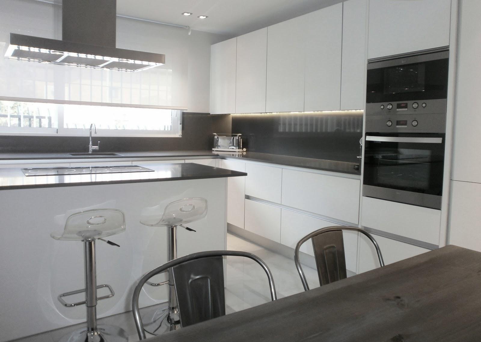 Encantadora cocina blanca independiente con isla y office for Cocinas modernas blancas y grises