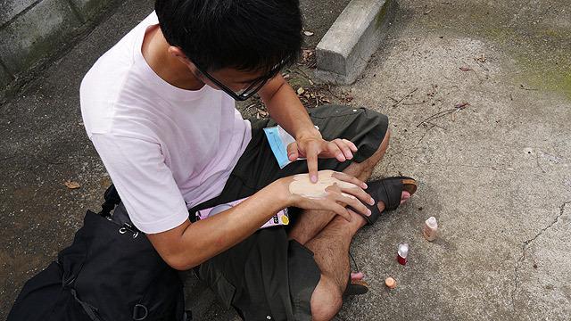 1º passo da trapaça: maquiagem na mão.