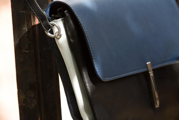 Detalle del bolso de piel de tres colores