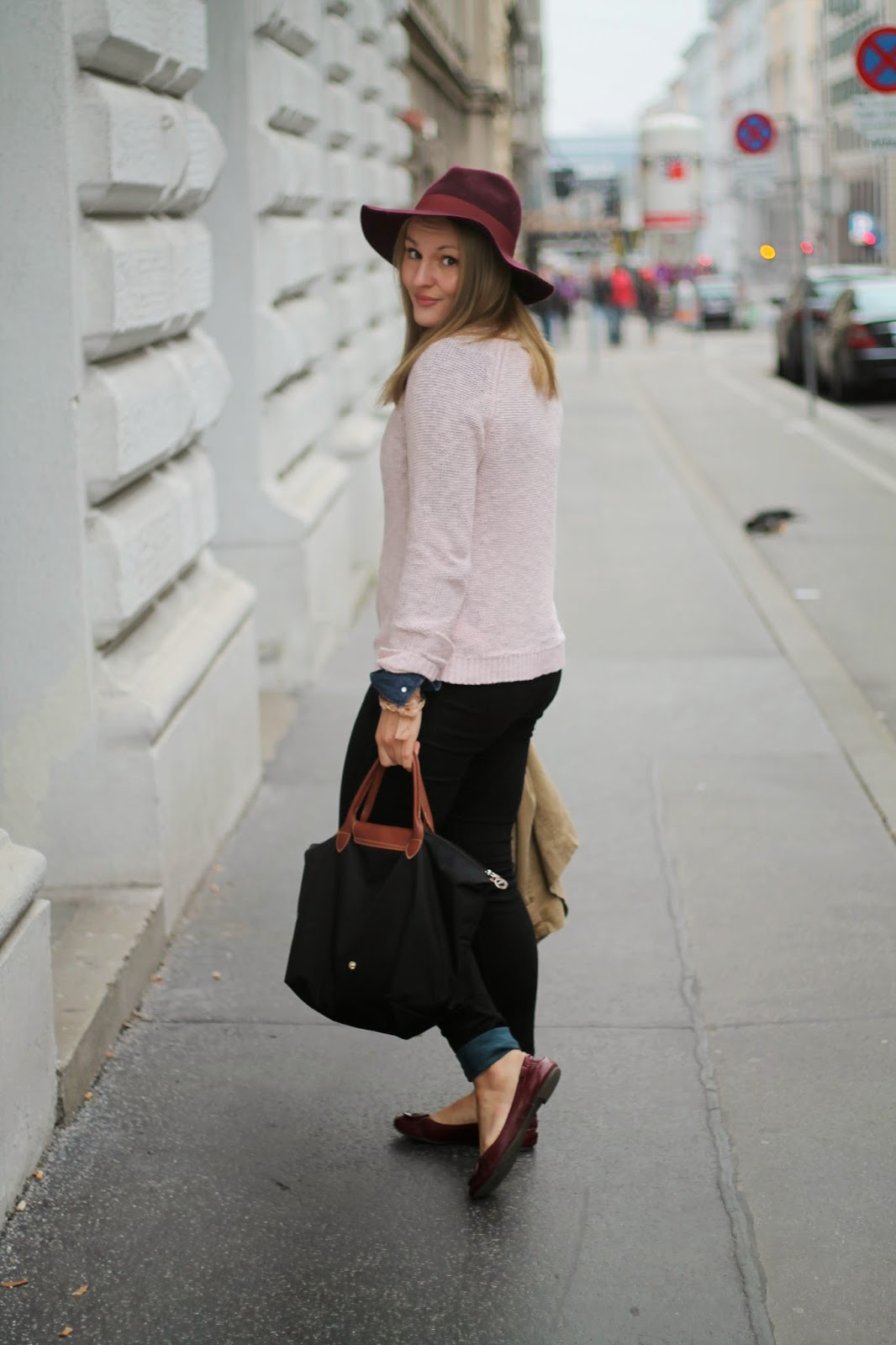Fashionblogger Austria / Österreich / Deutsch / German / Kärnten / Carinthia / Klagenfurt / Köttmannsdorf / Spring Look / Classy / Edgy / Autumn / Autumn Style 2014 / Autumn Look / Fashionista Look / Rose Sweater Rosa Pullover Forever 21 / Jeans Blous Clockhouse C&A / Black Skinny Jeans Schwarze Hose Zara / Red Bordeaux Tory Burch Flats Ballerinas / Red Bordeaux Hat Hut Forever 21 / Trenchcoat Takko / Schwarze Longchamp Le Pliage Bag Tasche Black / Statement Necklace Oasap / Daniel Wellington Watch /