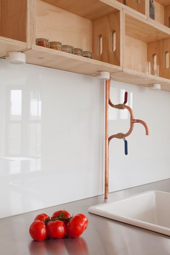 Apartamento minimalista com canalização a mostra