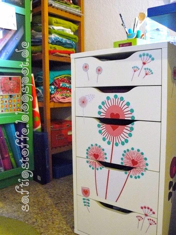 Schubladenschrank mit Blumen verziert