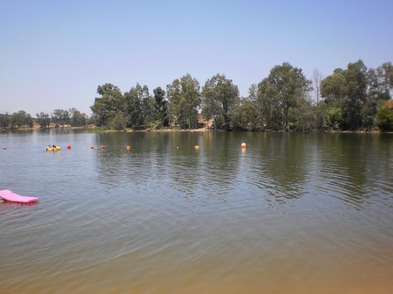 Águas calmas e quentes da praia fluvial