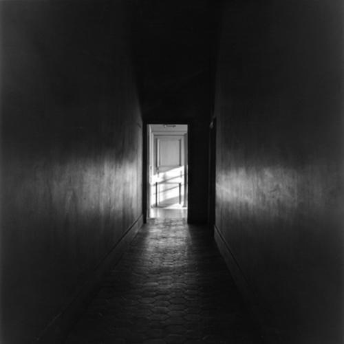 Historias de terror no abras la puerta for Cuarto oscuro fotografia