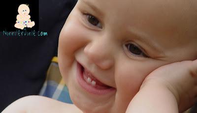 İki dişli gülen bebek