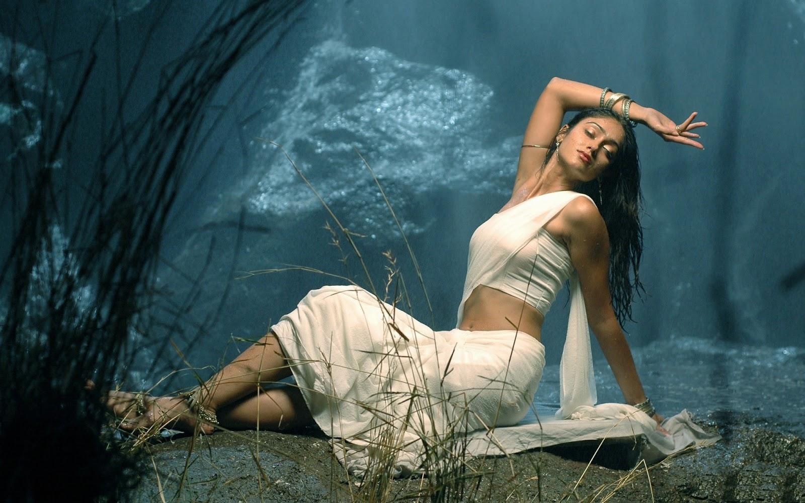 Ileana D'Cruz in Saree Hot Photoshoot