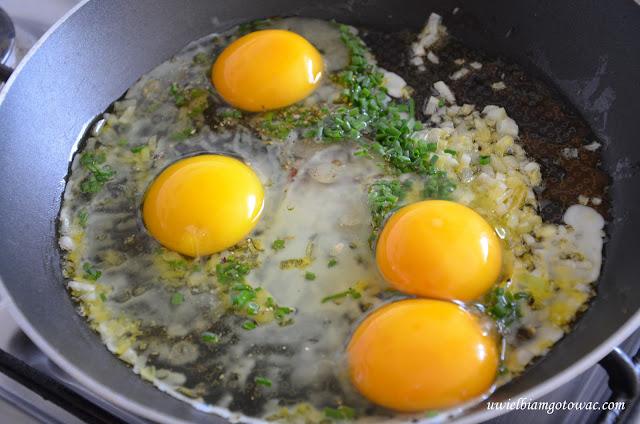 Jajecznica z cebulką i szczypiorkiem