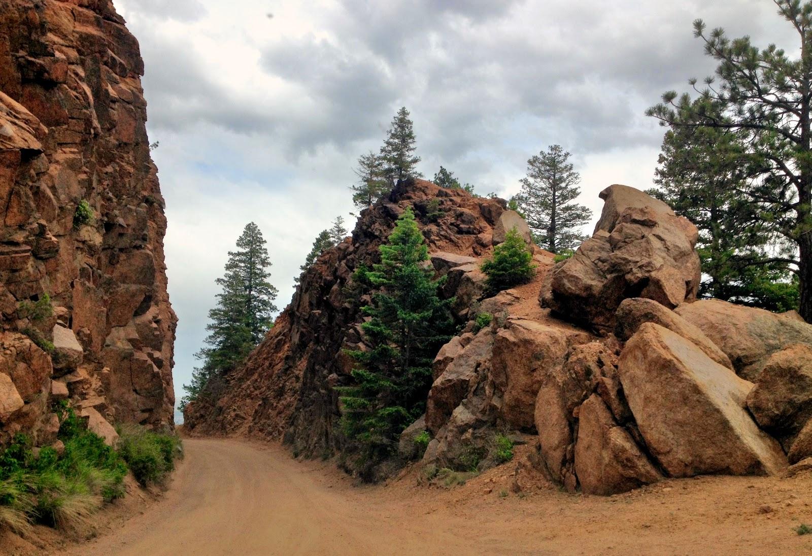Все рукодельные блоги выставляют в понедельник отчеты о проделанной работе. А для меня в выходные как положено выходные без права думать о работе. Куда пойти погулять в Колорадо Спрингс? Правильно, в горы!  Про Cheyenne Mountain State park расположенный в г.Колорадо Спригс я уже рассказывала