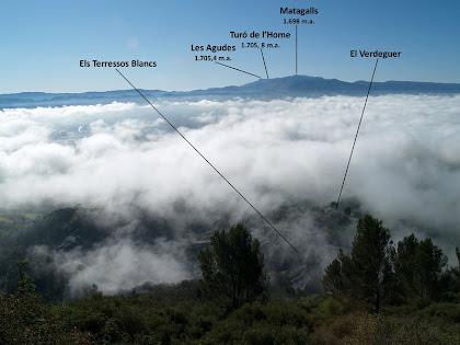 Als nostres peus la boira comença a obrir-se, al fons el majestuós Montseny