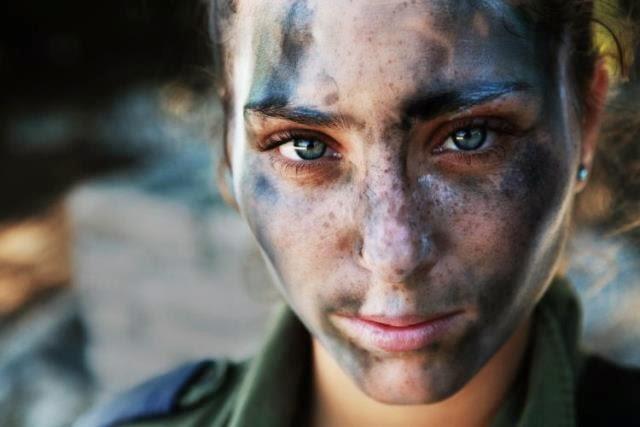 una chica soldado de 18 años