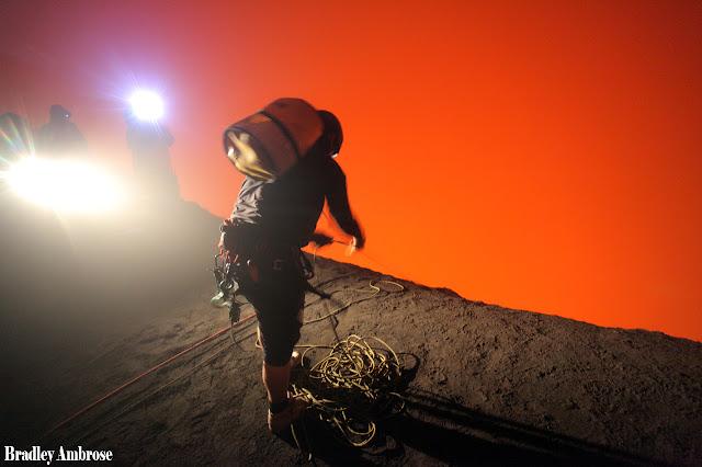 Στέκεται ελάχιστα μέτρα από τη λάβα ηφαιστείου! (Βίντεο)