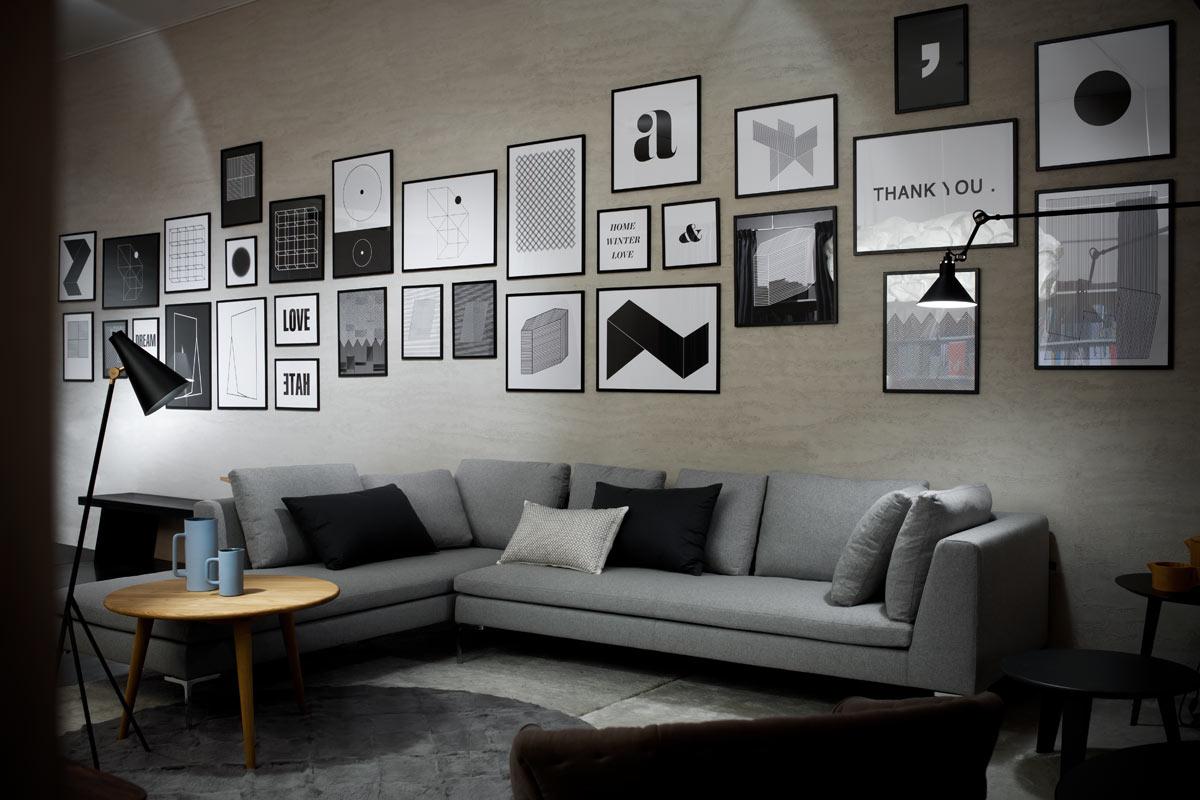 de cores e como o cinza e o laranja foram usados numa sala de estar
